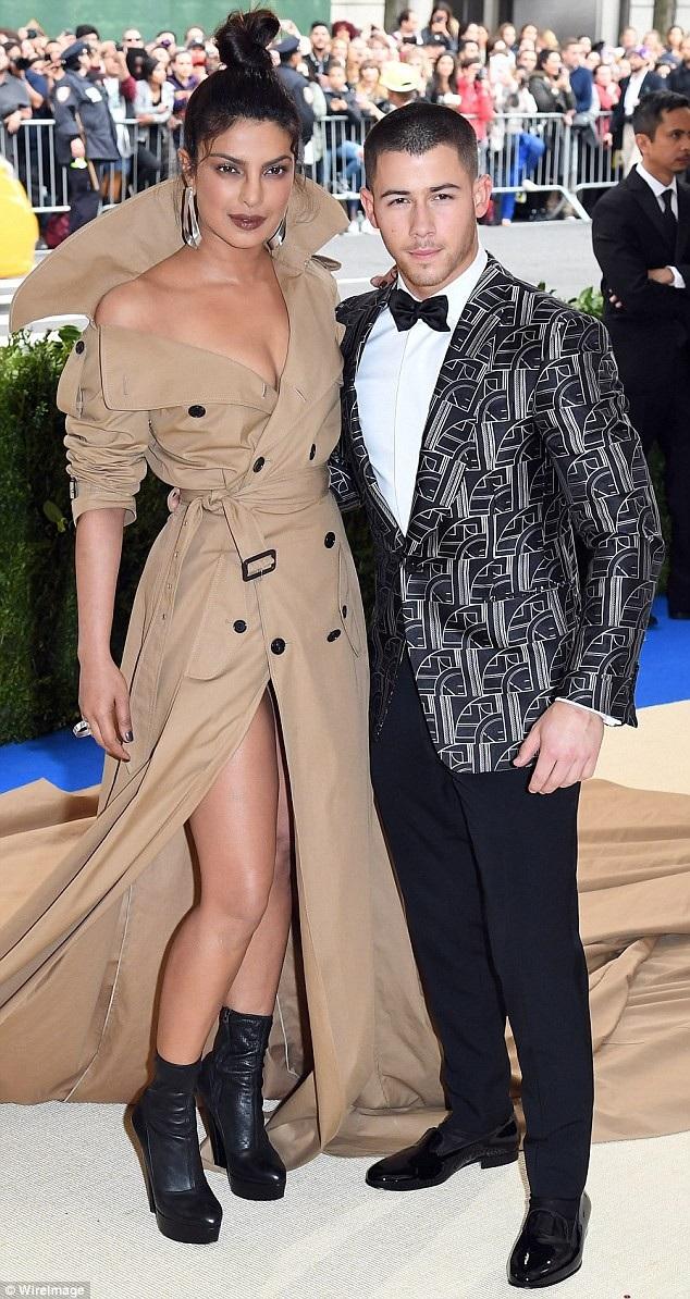 Tờ Us Weekly vừa bất ngờ đưa tin, ca sỹ Nick Jonas và nữ diễn viên hơn 10 tuổi Priyanka Chopra đang bí mật hẹn hò. Trong ảnh họ cùng nhau dự MET gala năm ngoái