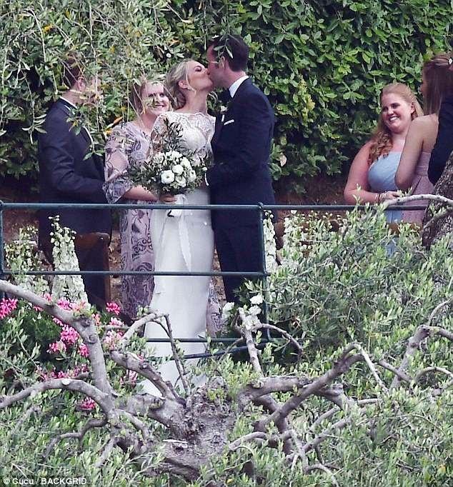 Matthew Lewis, 29 tuổi đã kết hôn với bạn gái Angela Jones tại Ý ngày 29/5 vừa qua