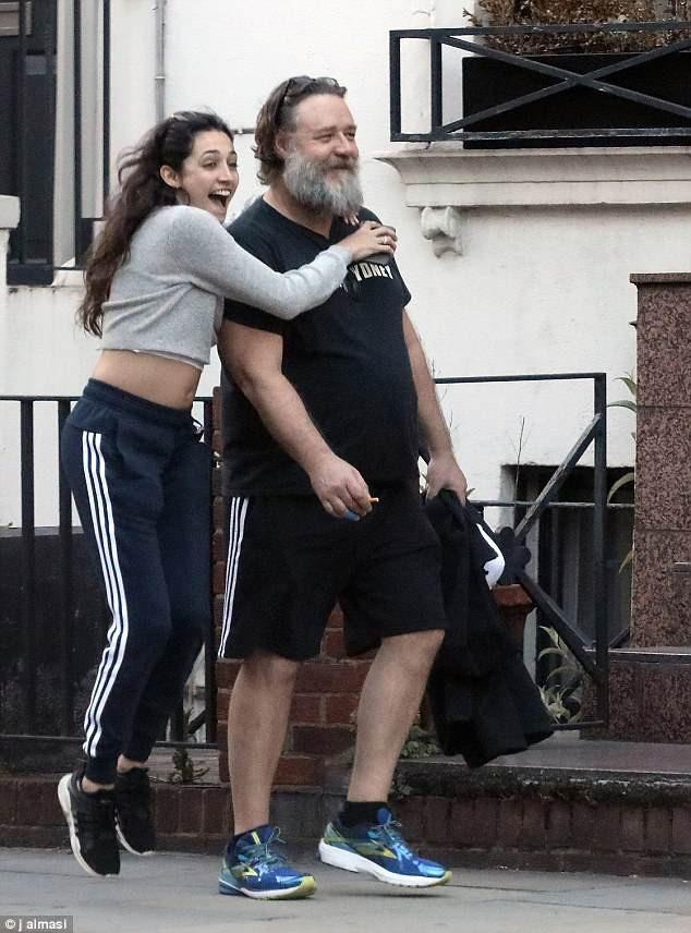 Nam diễn viên Russell Crowe già nua tới mức khó nhận ra khi xuất hiện bên trợ lý trẻ trên đường phố London ngày 29/5 vừa qua