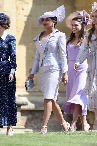 Trước đó hoa hậu thế giới 36 tuổi đã sang Anh dự đám cưới hoàng tử Harry