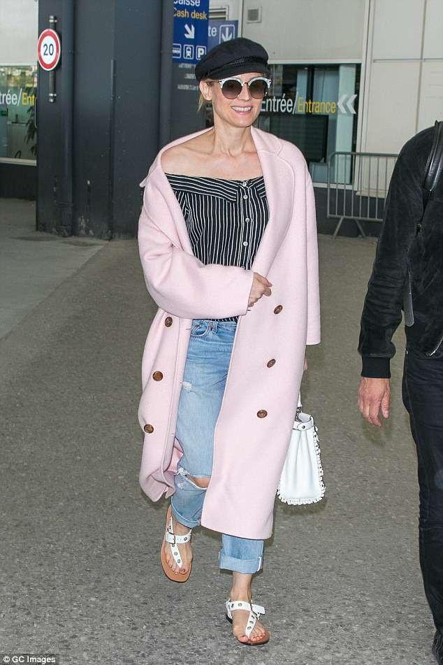 Diane Kruger liên tục mặc váy rộng hoặc dùng tay che bụng khi ra phố thời gian này