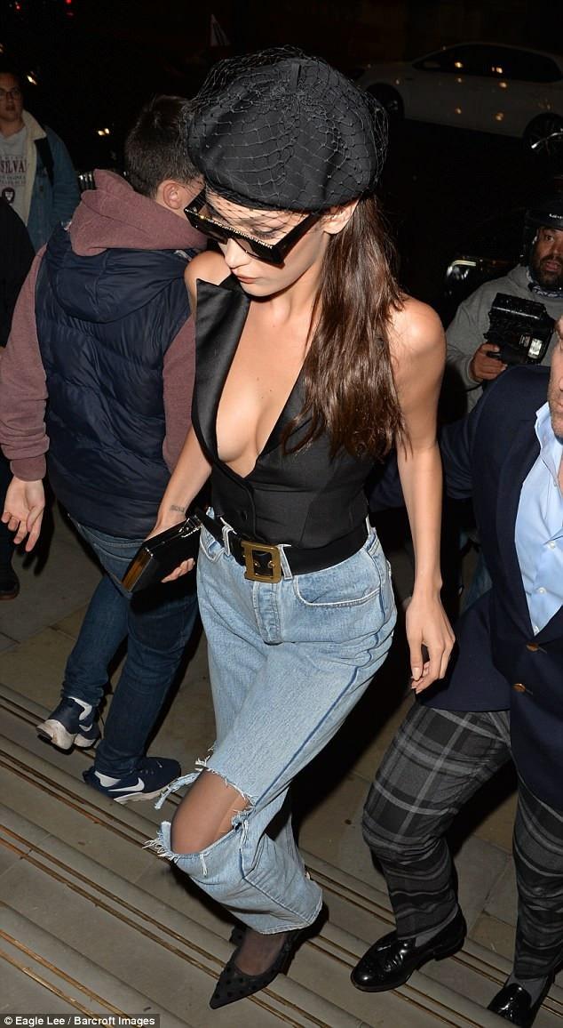 Chân dài xinh đẹp sau đó đã thay phần chân váy lòe xòe thành quần Jeans năng động khi đi chơi tối
