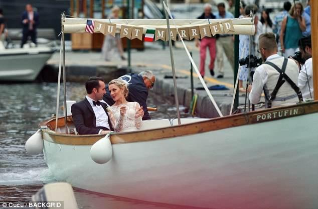 Cô dâu, chú rể rạng rỡ và hạnh phúc bên nhau