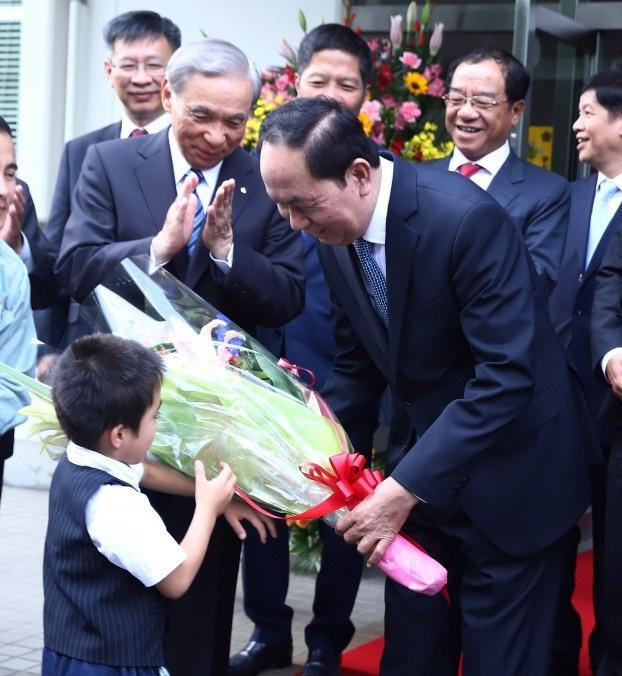 Một cháu bé Nhật Bản tặng hoa chào đón Chủ tịch nước Trần Đại Quang