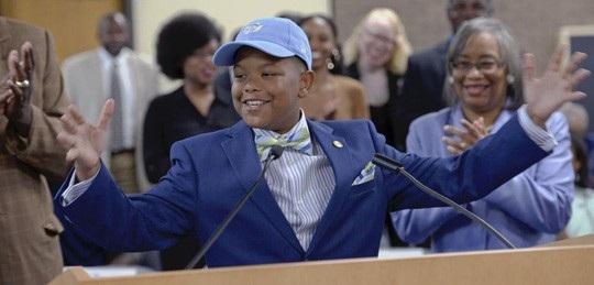 Elijah Precciely hào hứng bày tỏ cảm xúc trên bục diễn thuyết ngày 25/5 vừa qua.