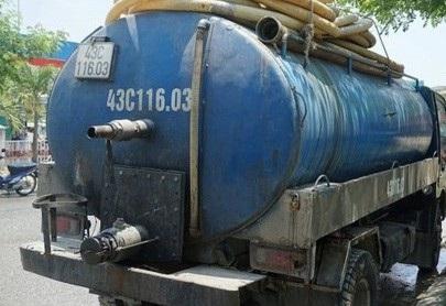 Xe hút hầm cầu do Quách Văn Sáng điều khiển bị bắt quả tang đã đổ hàng tấn nhớt thải xuống cống thoát nước ở khu vực kênh Đà Sơn (quận Liên Chiểu, Đà Nẵng)