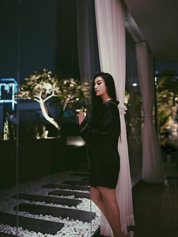 Mới đây, cựu hotgirl đã gây bất ngờ khi đăng tải hình ảnh căn nhà cô đang sống tại trung tâm Sài Gòn vô cùng sang trọng.