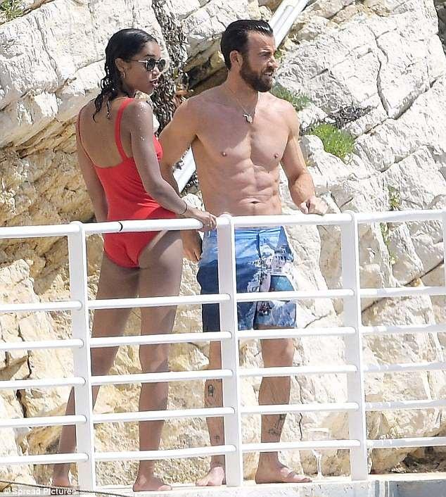 Justin Theroux xuất hiện bên người mẫu da màu, Laura Harrier, 28 tuổi, trong kỳ nghỉ tại Pháp.
