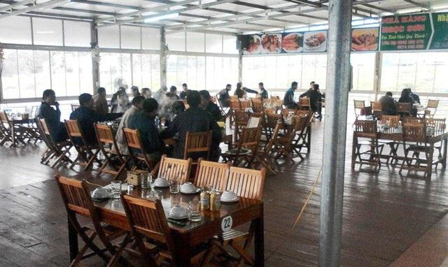 Hằng ngày có hàng trăm thực khách đến đây ăn uống... Nhưng họ đâu biết rằng, nhà hàng này đang vi phạm hành lang an toàn lưới điện quốc gia.