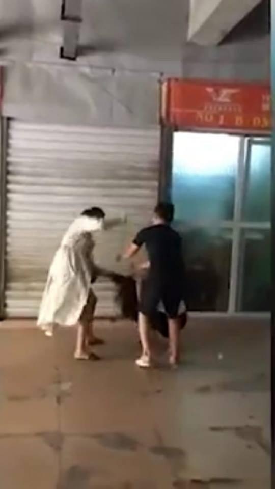 Hình ảnh người phụ nữ mặc áo trắng đánh đập người phụ nữ còn lại, được cắt từ clip.