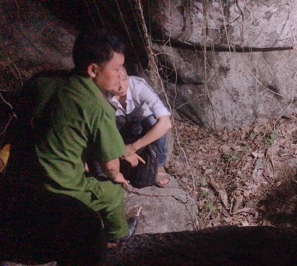 Lực lượng chức năng khám nghiệm hiện trường tại hang đá nơi phát hiện 2 bộ hài cốt.