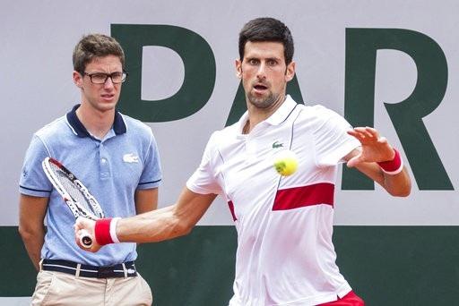 Djokovic tiếp tục vượt qua vòng hai Roland Garros