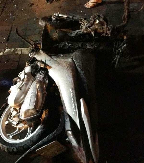 Ngọn lửa bốc lên từ chiếc xe máy nhãn hiệu Vision mang BKS: 17B8 - 124.56