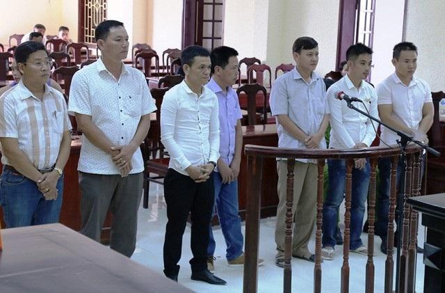 Ông Dương (áo sọc, bên trái) và các đối tượng hầu tòa vì đánh bạc