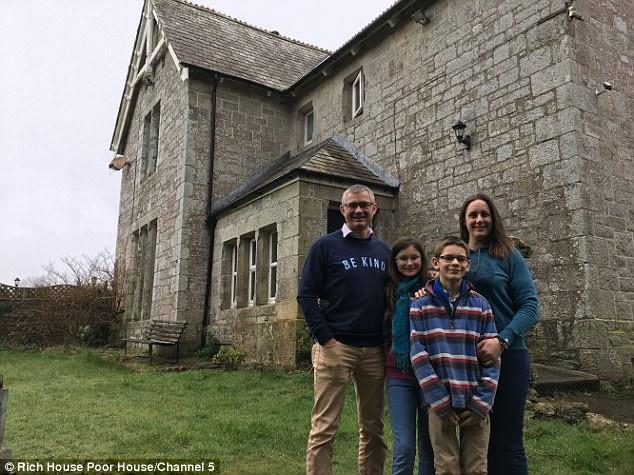 Đổi nhà với gia đình Timmin trong một tuần là gia đình hai bác sĩ phẫu thuật chuyên ngành thú y - Colin và Lizzy Whiting. Họ cũng có hai con nhỏ. Gia đình Whiting sống trong một trang trại rộng lớn, nhà có 5 phòng ngủ, nằm ở thị trấn Newquay.