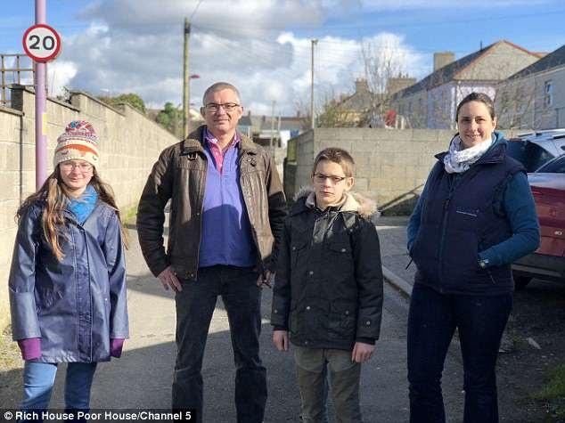 Vợ chồng nhà Whiting vốn là hai bác sĩ thú y. Gia đình bốn người nhà họ sống với khoản sinh hoạt phí 1.235 bảng/tuần (38 triệu đồng).