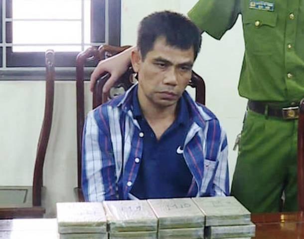 Đối tượng Lê Đăng Thanh cùng tang vật vụ án. (Ảnh: NTV)