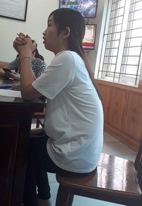 Nữ sinh viên bị cướp balo trong giỏ xe đạp đang tường trình lại sự việc tại cơ quan công an.