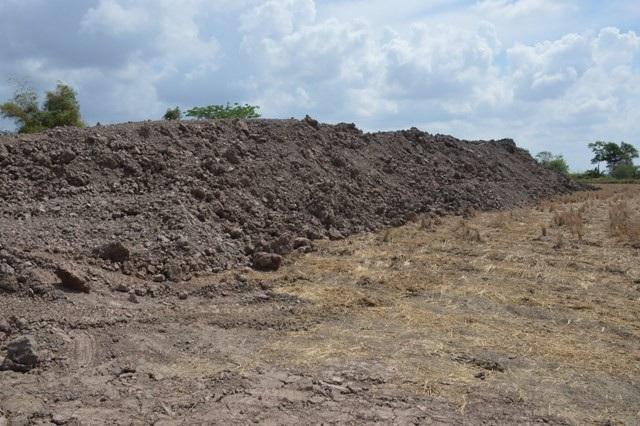 Những núi đất sau khi khác thác.