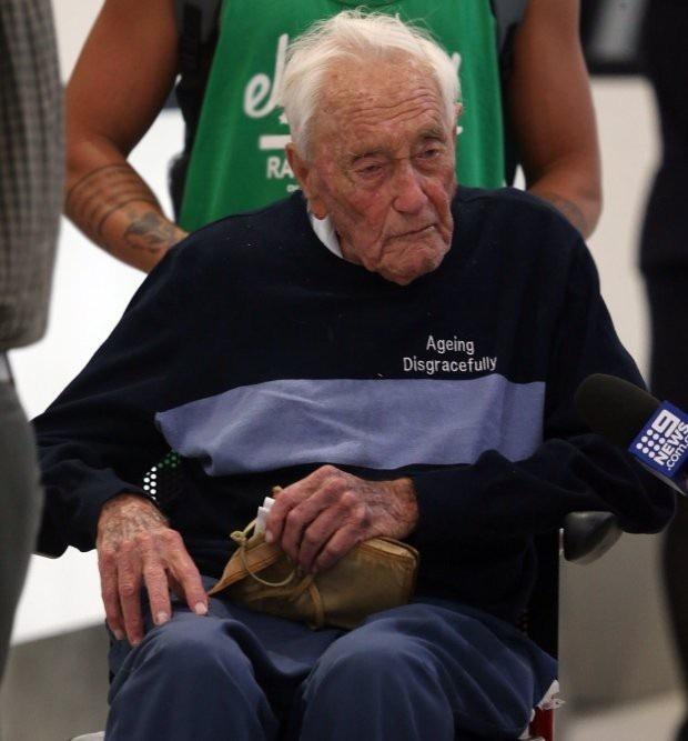 Cụ Goodall trên đường ra sân bay tới Thụy Sĩ để tình nguyện kết thúc cuộc đời.