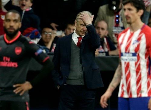 HLV Wenger đã chia tay Arsenal trong kỷ niệm buồn