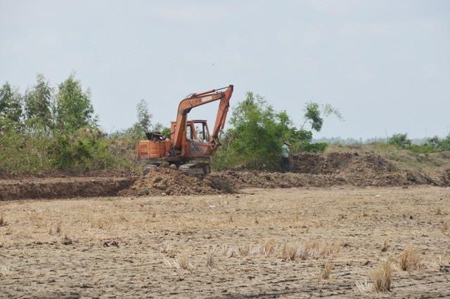 Khai thác đất bờ kênh thủy lợi ở xã Thạnh Quới, huyện Mỹ Xuyên, tỉnh Sóc Trăng.