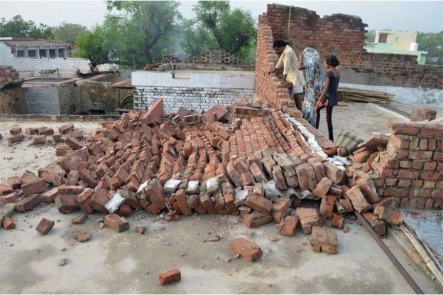 Cây cối và tường đổ đã giết chết nhiều người ở Agra - Ảnh từ AFP.