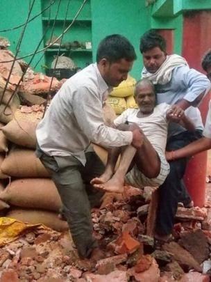 Người đàn ông này ở Agra được đưa ra từ đống đổ nát của căn nhà của mình - Ảnh từ AFP.