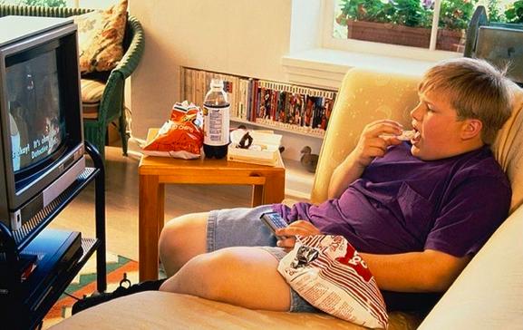 Những người ngồi nhiều để xem tivi có nguy cơ mắc ung thư cao hơn, là do trong quá trình xem họ thường có xu hướng ăn, uống nhiều những thực phẩm không lành mạnh, tăng nguy cơ thừa cân và ung thư.