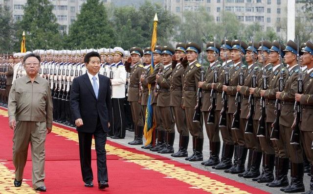 Hội nghị thượng đỉnh liên Triều lần 2 diễn ra từ ngày 2-4/10/2007 giữa Tổng thống Hàn Quốc Roh Moo-hyun và nhà lãnh đạo Triều Tiên Kim Jong-il tại thủ đô Bình Nhưỡng. (Ảnh: Reuters)