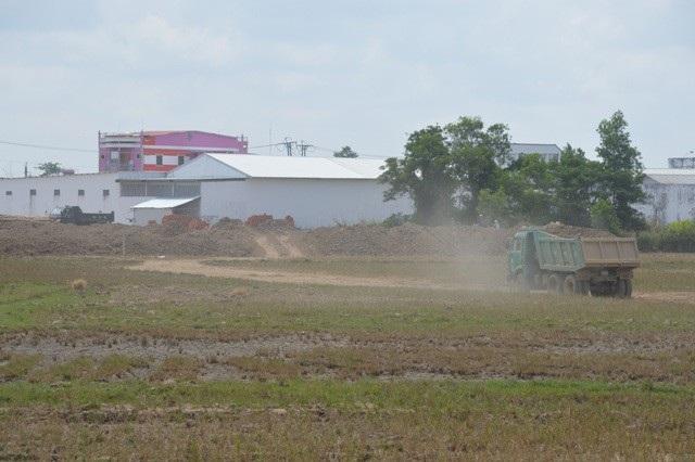 Xe tải chở đất chạy rầm rập ở nhiều địa phương trong tỉnh Sóc Trăng.
