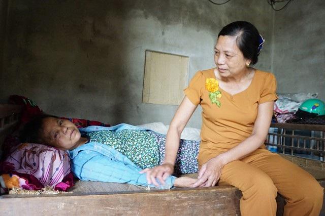Không chồng con, những ngày cuối đời, bệnh tật bủa vây, bà Xuân sống nương nhờ những người họ hàng và bà con làng xóm