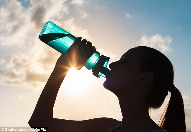 Tôi luôn khuyên bạn nên giữ đủ nước suốt cả ngày, BS. Mahto nói