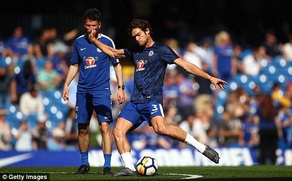 Alonso (phải) cùng các đồng đội khởi động trên sân Stamford Bridge