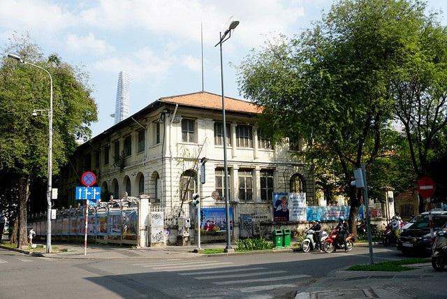 Tòa nhà tồn tại 130 năm tuổi ở trung tâm TPHCM đang đối diện với nguy cơ bị phá bỏ nếu phương án nâng cấp trụ sở UBND thành phố được thông qua. (Ảnh: Nguyễn Quang)
