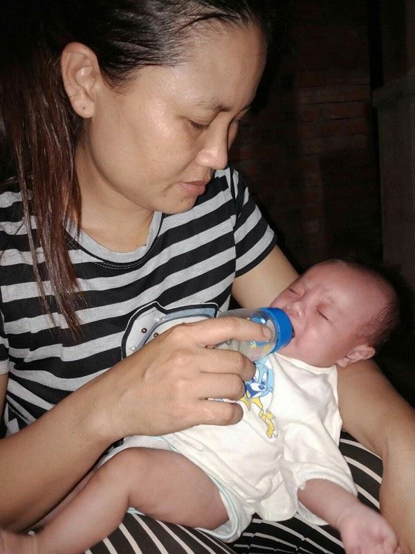 Thiếu bầu sữa mẹ, cậu bé đang được gia đình cưu mang bằng sữa đặc và nước cháo
