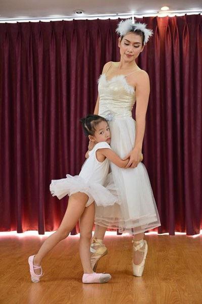 Hà Thu Hương từng xuất thân từ diễn viên múa thuộc Nhà hát ca múa nhạc Việt Nam. Giờ thỉnh thoảng chị vẫn tham gia vào các lớp múa bale nhưng chỉ để thỏa lòng đam mê cùng cô con gái.