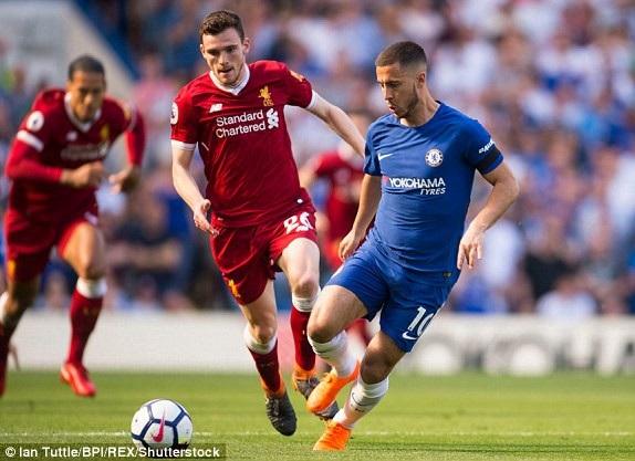 Hazard (phải) đi bóng trước sự truy cản của Robertson