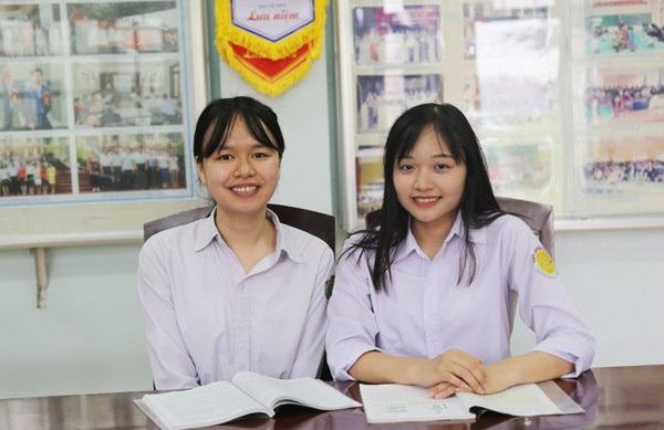 Em Trần Hồng Hạnh (bên trái) và em Lý Minh Tú - hai học sinh trường THPT Chuyên tỉnh Lào Cai vừa giành được học bổng trị giá hàng trăm ngàn USD của trường đại học Mỹ. (Ảnh: Trần Tuấn Ngọc)