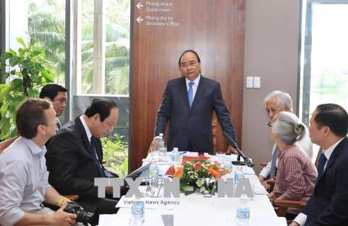 Thủ tướng Nguyễn Xuân Phúc làm việc với cán bộ Trung tâm quốc tế Khoa học và Giáo dục liên ngành (ICISE). Ảnh: Thống Nhất/TTXVN.
