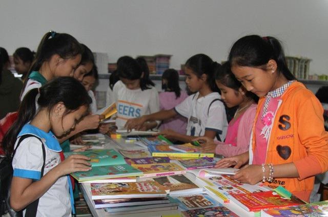 Học sinh tìm đến Phòng đọc thân thiện của ông Đặng Khắc Dũng để tìm đọc những cuốn sách yêu thích