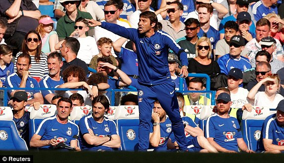 Conte vẫn chỉ đạo học trò thi đấu quyết liệt bên ngoài đường biên