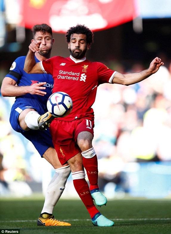 Salah (phải) mất tích trước đội bóng cũ