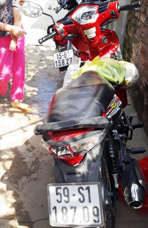 Xe máy của chị Thơm và Thông bị người dân bắt giữ sau đó giao cho Công an vì nghi hai người thôi miên cướp tài sản.
