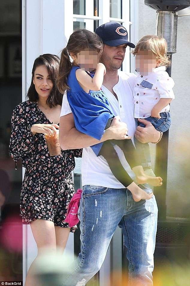 Mila Kunis và Ashton Kutcher hạnh phúc bên hai đứa con.