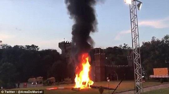 Trực thăng bốc cháy sau khi rơi. Ảnh: Twitter