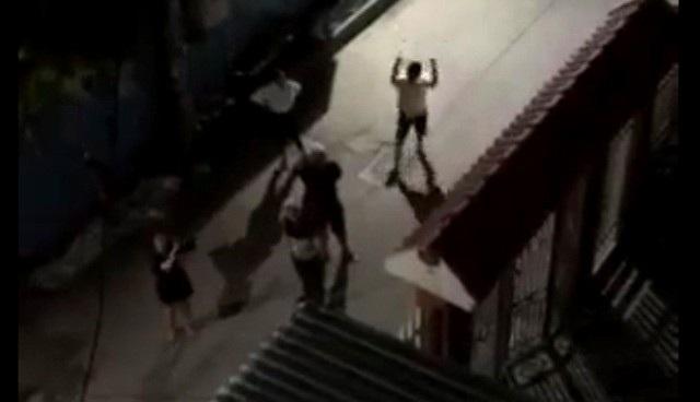 Nhóm đối tượng kéo đến nhà bà Hồng đêm 6/4.