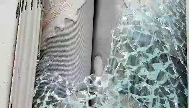 Cửa kính nhà bà Hồng bị đập vỡ vụn, đến nay bà Hồng vẫn chưa thay mới.