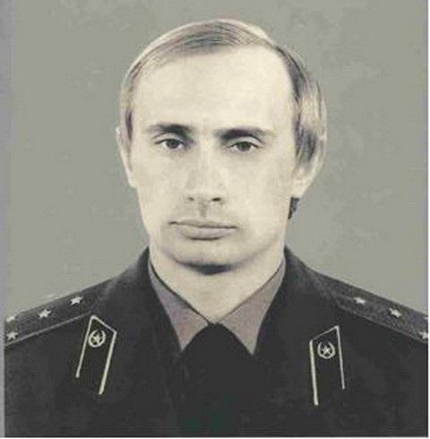 Tổng thống Vladimir Putin sinh ngày 7/10/1952 tại Leningrad (thành phố St. Petersburg ngày nay). Ông từng là sinh viên luật, được đào tạo để trở thành điệp viên KGB và làm công việc tình báo trong nhiều năm trước khi chuyển sang con đường chính trị. Trong ảnh: Ông Putin mặc đồng phục của KGB (Ảnh: BI)