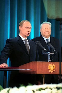 Ngày 9/8/1999, Tổng thống Boris Yeltsin quyết định chọn ông Putin làm Thủ tướng mới của Nga. Ngày 31/12/1999, Tổng thống Yeltsin tuyên bố từ chức, đặt toàn bộ sứ mệnh tổng thống vào tay Thủ tướng Putin. Trong ảnh: Ông Putin tuyên thệ trở thành tổng thống Nga năm 2000. (Ảnh: Wikipedia)